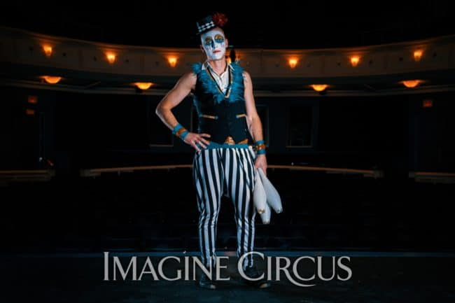 Juggler, Club Juggling, Teal, Gold, Cirque, Imagine Circus, Oddball Gala, Performer, Adam, Photo by Finding Future